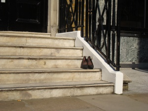 Zurückgelassene Stilettos in Mayfair